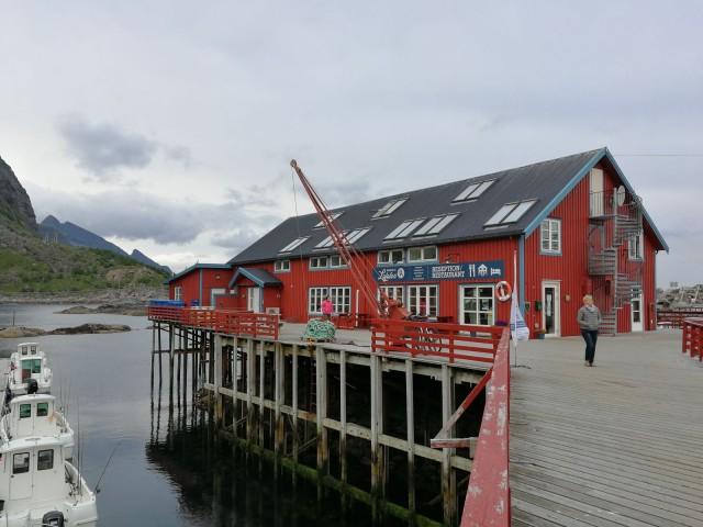 Majoitusta on vanhoissa kalastajakylien rakennuksissa. Hinta kallis, laatu ei ole kummoinen, mutta onpahan lämmin yöpaikka.