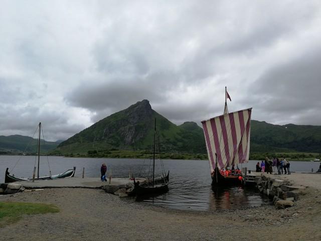 Lofooteilla on viikinkimuseo jossa voi myös purjehtia oikealla viikinkilaivalla. Kannattaa pysähtyä jos ajat päätietä pitkin.