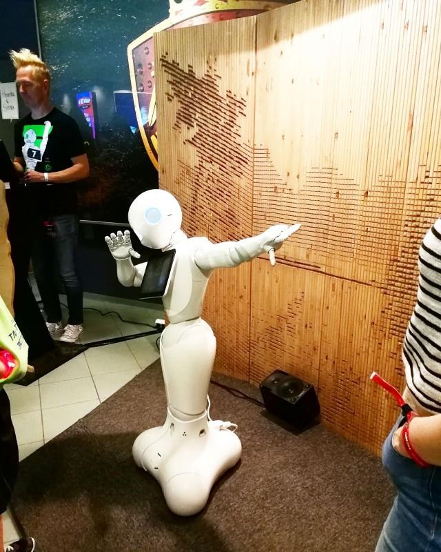 Sitran däppäävä robotti keskusteli Tubecon kävijöiden kanssa.