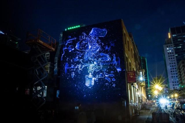 Onur Dincin uv-valomuraali Vision hohtaa Montrealin yössä.
