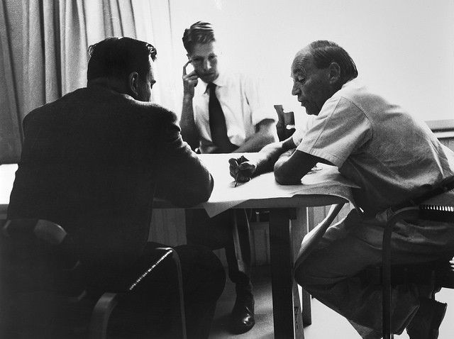 Alvar Aalto Munkkiniemen ateljeessaan vuonna 1963.