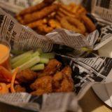 Cowboy-ateriassa on siipien lisäksi ristikkoperunoita, sipulirenkaita ja broilerinsisäfileitä.