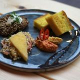 Guru's Kitchen & Bar tarjoaa SYÖ!-viikoilla kympillä erilaisia meze-lajitelmia. Vegaaniversion härkäpapufalafelit, sahramifocaccia, tabbouleh sekä chilipaprika- ja kurpitsahummus takaavat täyteläiset maut!