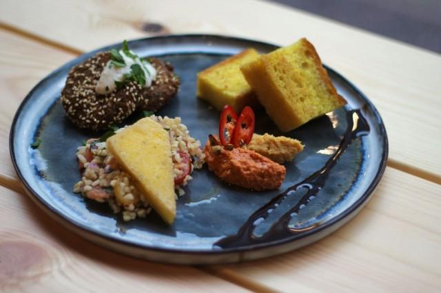 Vegaaniseen meze setiin kuuluu muun muassa härkäpapufalafelia, tabboulehia chilipaprika- ja kurpitsahummusta, ja se on mauiltaan lämpimän mausteinen. Toimii!