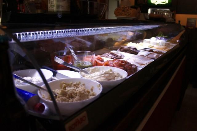 Bookers Barin bagelit täytetään levitteistä lähtien asiakkaan toiveen mukaisesti. Valhtoehtoja riittää vegaanillekin, haasteena on vain valinnan vaikeus!
