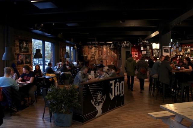 Huurre on sisustukseltaan reippaan rokkihenkinen. Ravintolan esiintymislavalle nousee säännöllisesti Musakeskuksen yhteistyöbändejä.