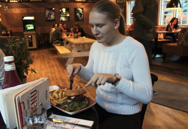 """Juuri Kalevaan muuttanut Miira Pennanen poikkesi Huurteeseen Vegan burgerille. """"Elämäni ensimmäinen vegeburgeri. Eikä jää viimeiseksi!"""" hän ilmoittaa."""