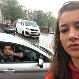 Nainen ottaa selfien jokaisen miehen kanssa, joka häiriköi häntä kadulla