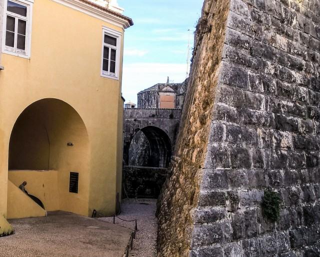 Entisen linnoituksen talot ovat keltaisia.