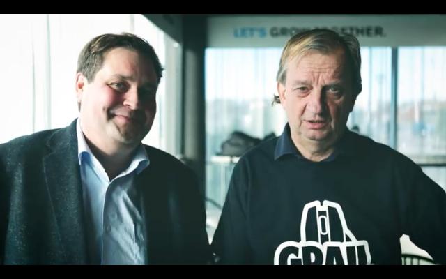 Yrittäjä Hjallis Harkimo (oik.) ja kiinteistövälittäjä Jethro Rostedt (vas.) tulevat tarjoamaan myyntikoulutusta Hjalliksen YouTube-kanavalla Käsiraha ja kättä päälle -videosarjassa.