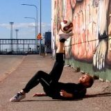 """Freestyle-jalkapalloa voi kirjaimellisesti harjoitella missä vain. Kuvassa Freestyler Pekko """"PeGe"""" Piirto. Kuva: Jukka Aminoff / Freestyle Football Players"""