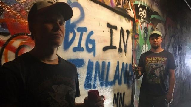 Pietari Vihula ja Henric Chezek matkaavat Yhdysvaltojen halki yrittäen tehdä läpimurron stand up -komiikan raadollisella alalla.
