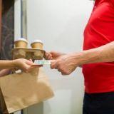 Ruoankuljetuspalvelu tarjosi kympin lahjakorttia naiselle, joka sai kuljettajalta asiattomia viestejä