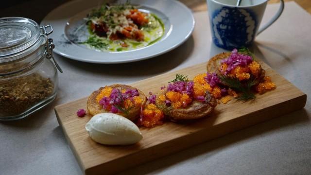 Klassikkoannoksina Hiedasta löytyvät aina myös blinit, paistettua maksaa ja Wiener Schnitzel.