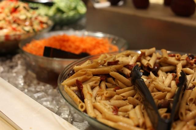Aterian kylkeen kuuluu salaatti. Ja se on muuten hyvää.