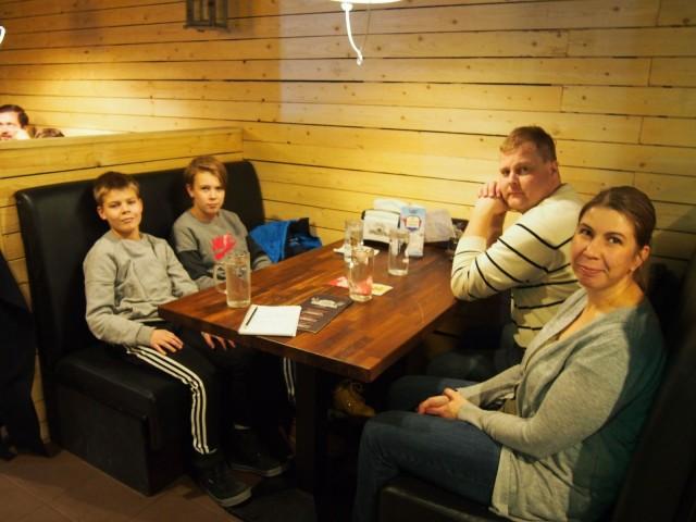 Perhe Virolainen syö ravintolassa noin kerran kuukaudessa.