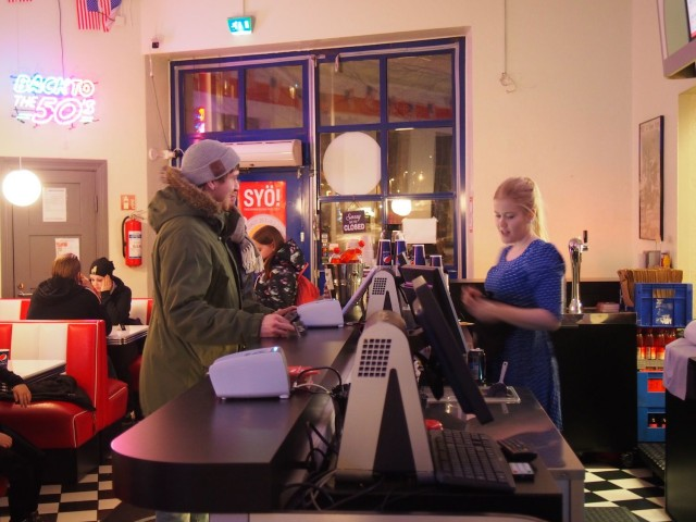 Anni-Roosa Leppänen myy Hello!:n SYÖ!-kampanja-aterioita.