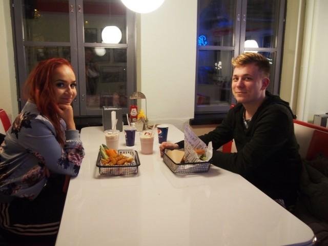 SYÖ!-kampanja on tuttu Helsingistä Hello!:ssa ruokaileville Ninni Hägglundille ja Frans Pitkäjärvelle.