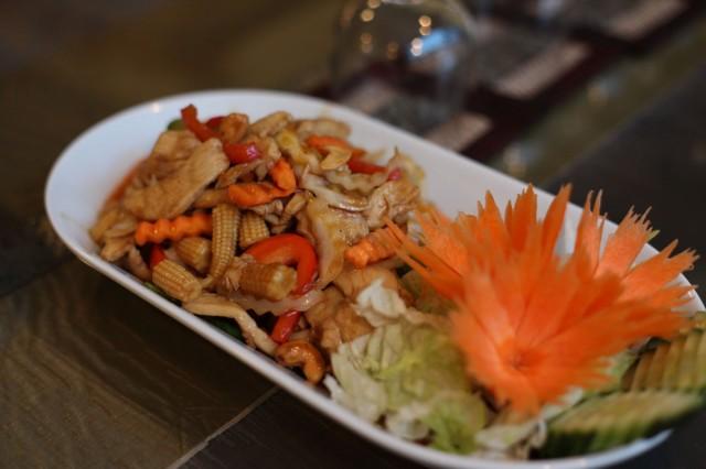 Krataen omistaja Oksanen kertoo, että suosituin annos on kanaa cashew-pähkinöillä.