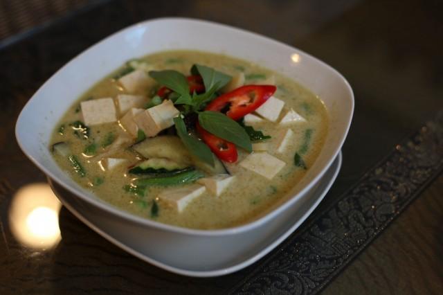 Krataen vihreä curry pesee kilpailijat mennen tullen: kastikkeessa maistuvat tuoreet yrtit ja chilipotku on juuri sopiva.