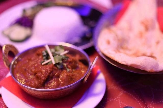 Himalayan Kitchen tarjoilee annoksen kylkeen naan-leipää ja riisiä.