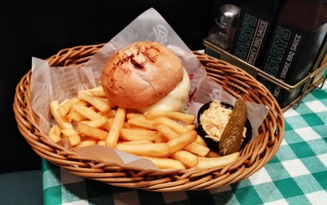 O'Learys – Boston Celtic BBQ Cheese Burger