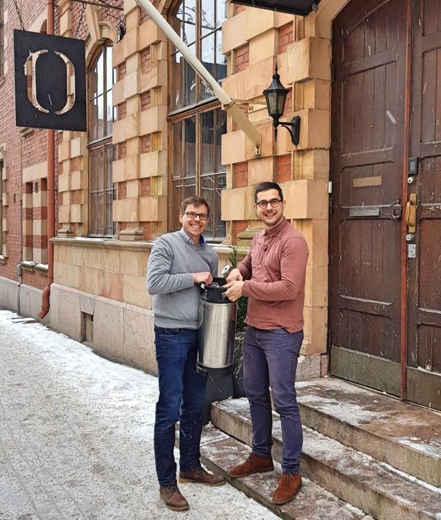 Juha Sinisalo ja Luka Balac innoissaan oluen äärellä.