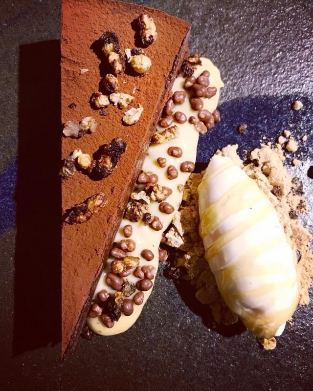 Aterian kruunaa kuhnuritoukilla höystetty suklaakakku.