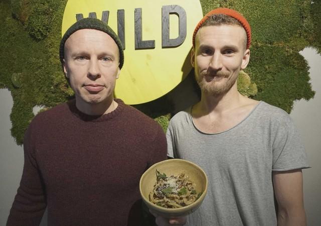 Jouni Toivanen ja Ossi Paloneva saavat hyönteiset maistumaan.