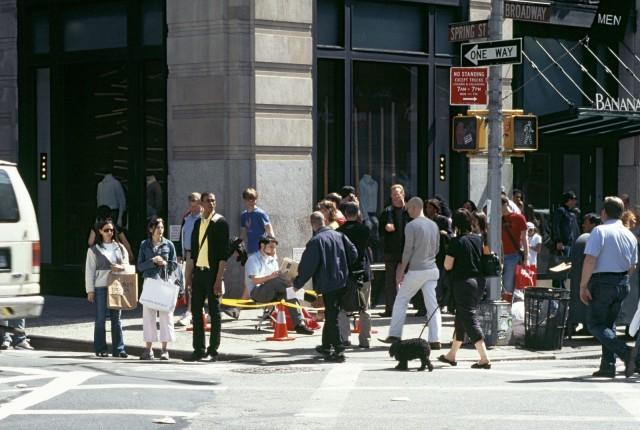"""Missä menee katutaiteen raja? Otto Karvosen installaatio on nimeltään """"Kaupunkitilan valtaamispakkaus""""."""