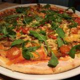 Lost in Helsingin vegaanisessa pizzassa on nyhtöhernettä, tomaattia, paprikaa, rucolaa ja vegaanista juustoa.