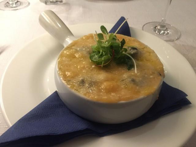 Valkosipulivoissa kuumennettuihin etanoihin voi valita mieleisen juustokuorrutuksen, minulla se oli Parmesan.