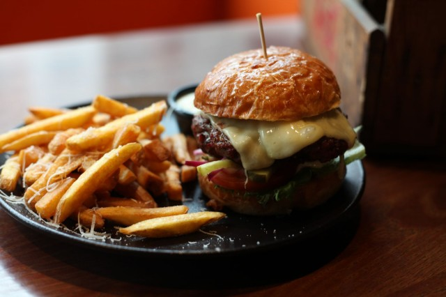 Say Cheese -burgerista ei puutu juustoa tai makua. Pihvi ja sämpylä ovat paikallisilta tuottajilta.