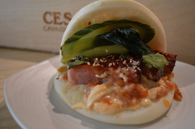 Chiliglaseerattua porsaanniskaa, kimchiä, pikkelöityä kurkkua ja tomaattihilloketta – niistä on Izakayan bunit tehty.