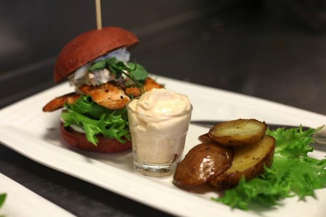 Salmon burger on maistiainen uudistuvalta listalta.