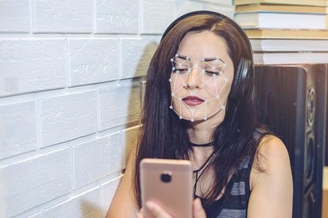 Kasvojentunnistusohjelmisto tunnistaa kasvot hyödyntämällä kasvojen solmupisteitä eli ihmisen kasvojen muuttujien mittaamiseen käytettäviä päätypisteitä.
