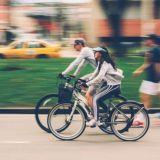 Pyöräretki voi paljastaa kumppanin luonteesta uusia puolia. Kuva: Nubia Navarro.
