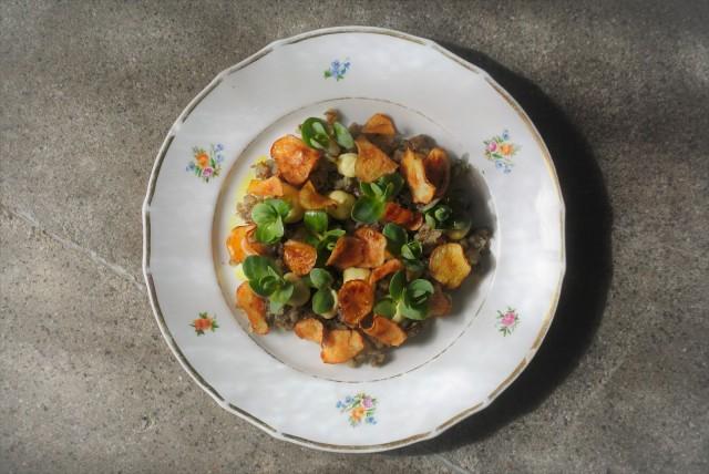 Kevään ensimmäiset maa-artisokat ovat päässeet jo lautaselle.