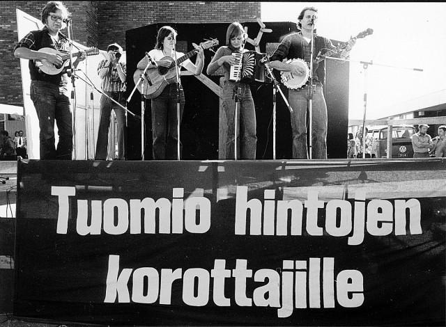 Sodankylän elokuvajuhlilla nähdään muun muassa karaokenäytös Kenen joukoissa seisot -elokuvasta.