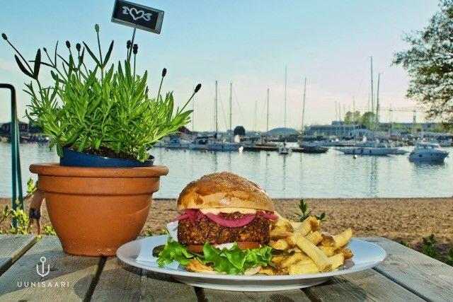 """Uunisaaren á la carte -ravintolan annoksiin kuuluu muun muassa """"tunteisiin menevä vegeburger""""."""