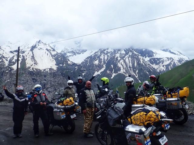 Charity Motorbikers -ryhmä Tiibetin ylängöllä yli 5 km korkeudessa. Hymyä riittää, vaikka matkalla on ollut loputtomasti haasteita.