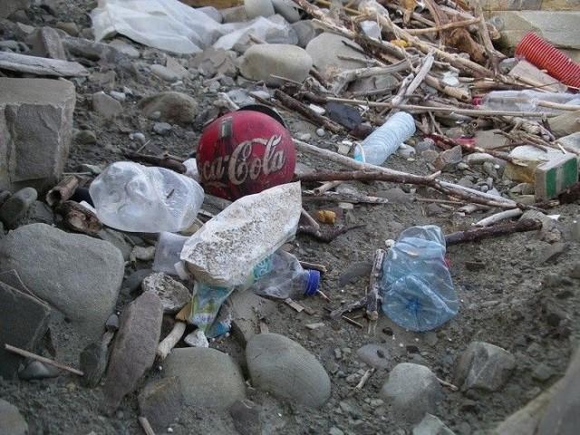 Rannat, tienpientareet ja ojat täyttyvät usein roskista.