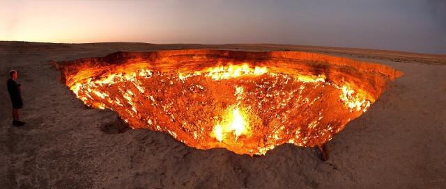 Helvetin reikä Turkmenistanissa. Maakaasu palaa jättimäisessä kraaterissa yötä päivää.