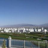 Pääkaupunki Ashgabatissa talot ovat valkoista marmoria. Kuva golfkentältä.
