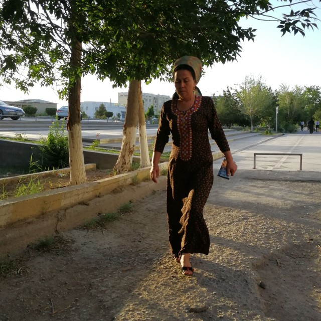Turkmeeninainen tyypillisesti pukeutuneena.