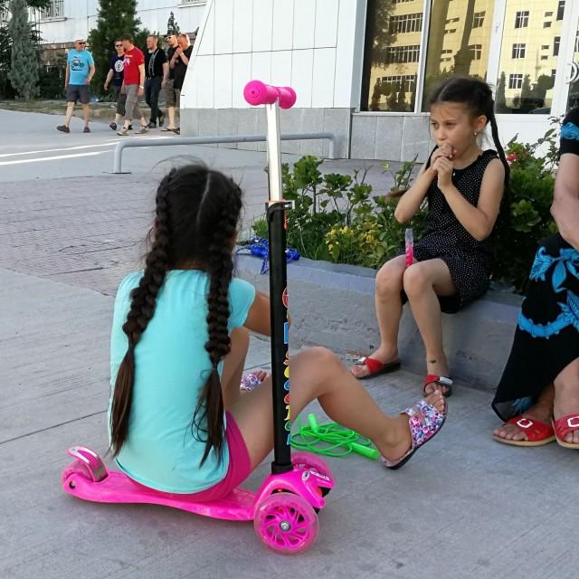 Turkmenistanissa lapset ja nuoret saavat pukeutua värikkäästi. Vanhemmille sitten hillityt vaatteet.