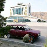 Auton renkaan korjausta Turkmenistanissa.