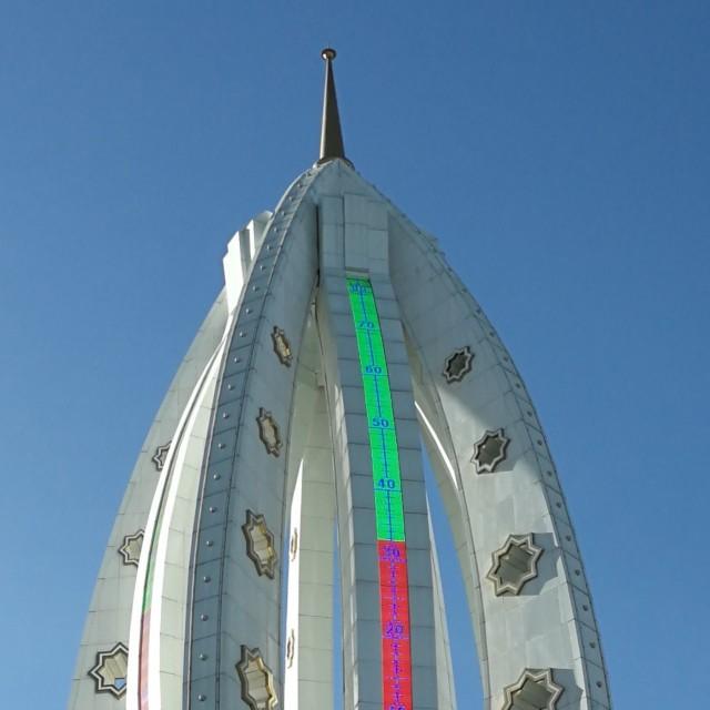 Turkmenistanin pääkaupungin jättimäinen lämpömittari, noin 50 metriä korkea, kertoo että on 32 astetta lämmintä.