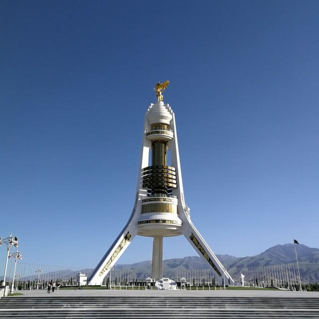 Saparmurat Niyazovin muistopatsaan kultaus maksoi 100 miljoonaa dollaria. Turkemenistan on hämmentävä maa.