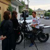 Meidän matkanjohtaja Dani paikallisen median haastattelussa Tajikistanissa